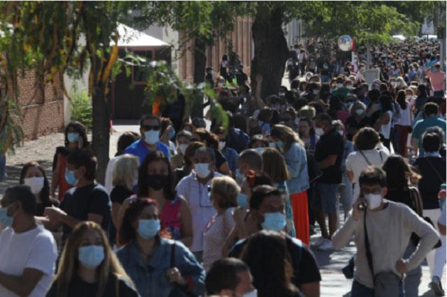 사진출처 : https://english.elpais.com/spanish_news/2020-09-02/thousands-of-teaching-staff-left-waiting-in-line-on-madrid-streets-after-region-unexpectedly-starts-coronavirus-antibody-testing.html